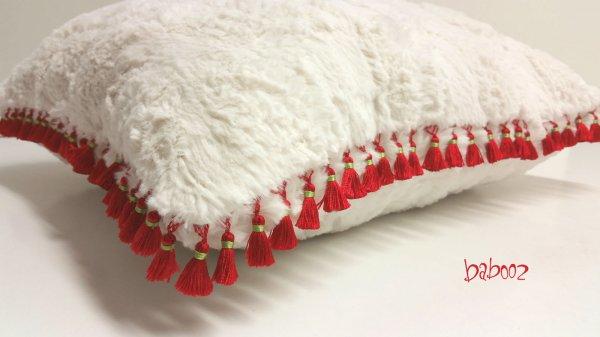 Kissen Fell mit roten Quasten